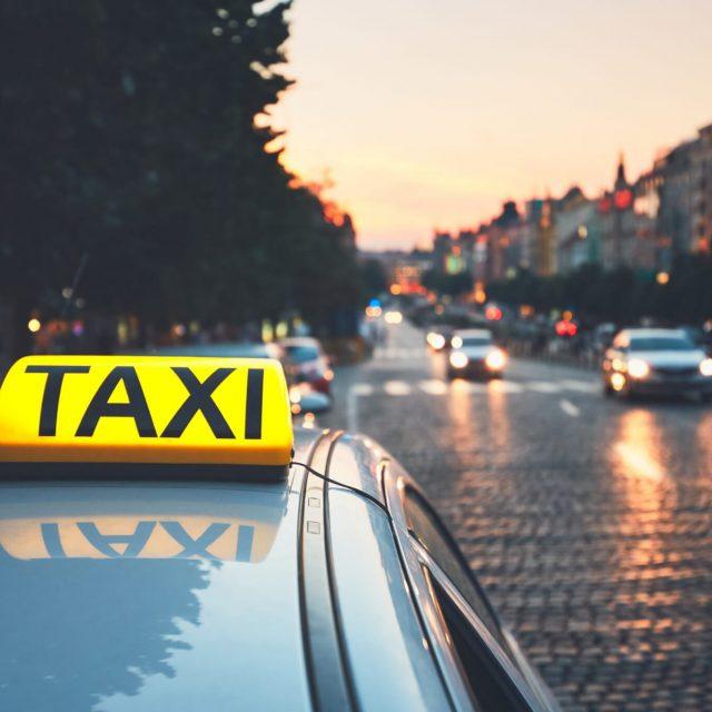 Trevlig resa miljö vi kör i hela skåne - betalningssystemtjänster - betl Taxi car on the city street-