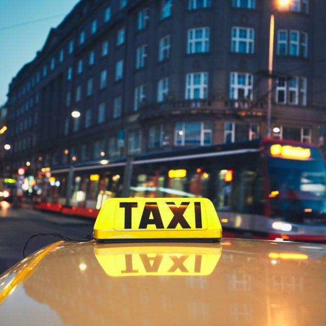 Taxi car on the city street- kvalitèn-miljön02-trevlig resa02-vi kör hela skåne
